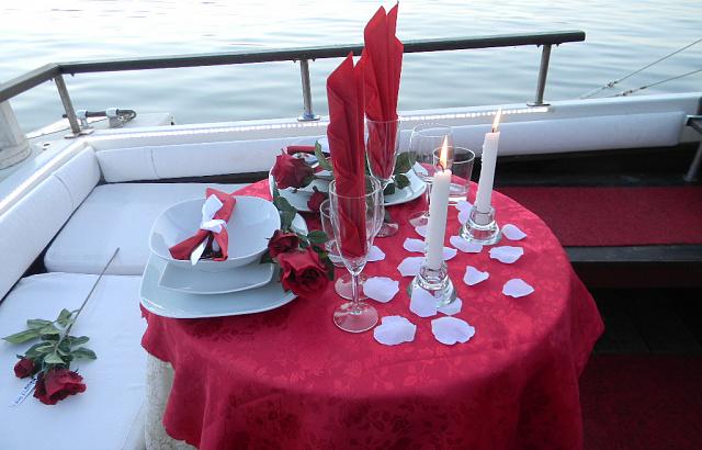 интернете выложены фото оформления стола на романтический ужин простое последними новинками магазина